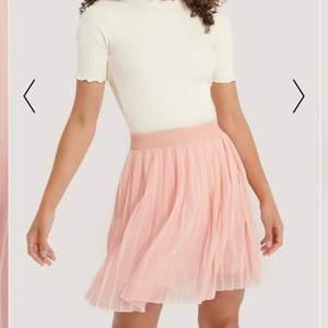 Säljer supersöt rosa kjol från NA-KD, knappt använd! Storlek XS💘