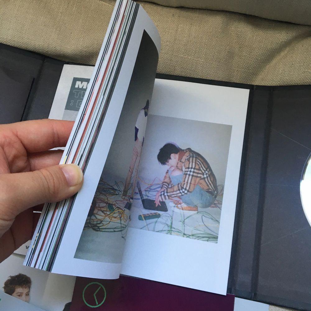 """Säljer Monsta x """"The connenct: dejavu"""" ver III. Allt ingår, photocards, mini poster, photoook och CD. Mycket bra skick då den bara stått i en hylla. . Övrigt."""
