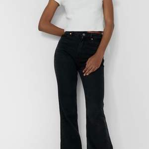 Säljer dessa snygga svarta jeans som är helt oanvända. Prislappen finns fortfarande kvar. Buda i kommentarsfältet eller köp direkt för 350kr