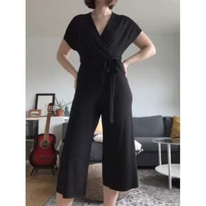 Jumpsuit med 3/4 längd på benen. Fint skick, från New Look. Kommer tyvärr inte till användning.