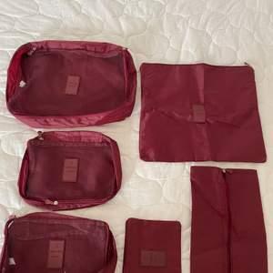 Jag säljer ett stort pack av oanvända packning bags. Dessa kan man använda av sortering av kläder, skor och massor av annat när man ex ska resa, alltså det är ett mycket smart sätt att fördela sin packning i. Jag skulle stort rekommendera detta. Det finns olika sorter av packning bags som är finns i, de är: 2 st mindre packning bags - clothes, 1 större packing bags - clothes, 1 packing bag - stuff, 1 packing bag - shoes och 1 packing bag - laundry. Färgen är vinröd.                                                    Jag säljer detta för 95 kr + frakt.