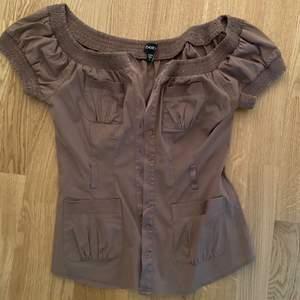 Brun tröja från BEBE. Köpt för några år sedan i usa. Säljer för 129 + frakt eller högsta bud. Köpare står för frakt📦🤎