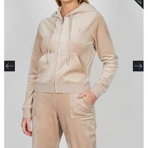 Säljer denna fina beiga koftan från Juicy Couture. Skriv flr mer info. Aldrig använd pga inte min grej så är verkligen i nyskick. Skriv för mer info ❤️
