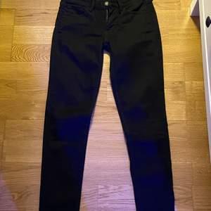 Skinny jeans från Levis i modellen super skinny och storlek 24, jeansen är även lågmidjade. Väldigt bra skrick. Köparen står för frakten.