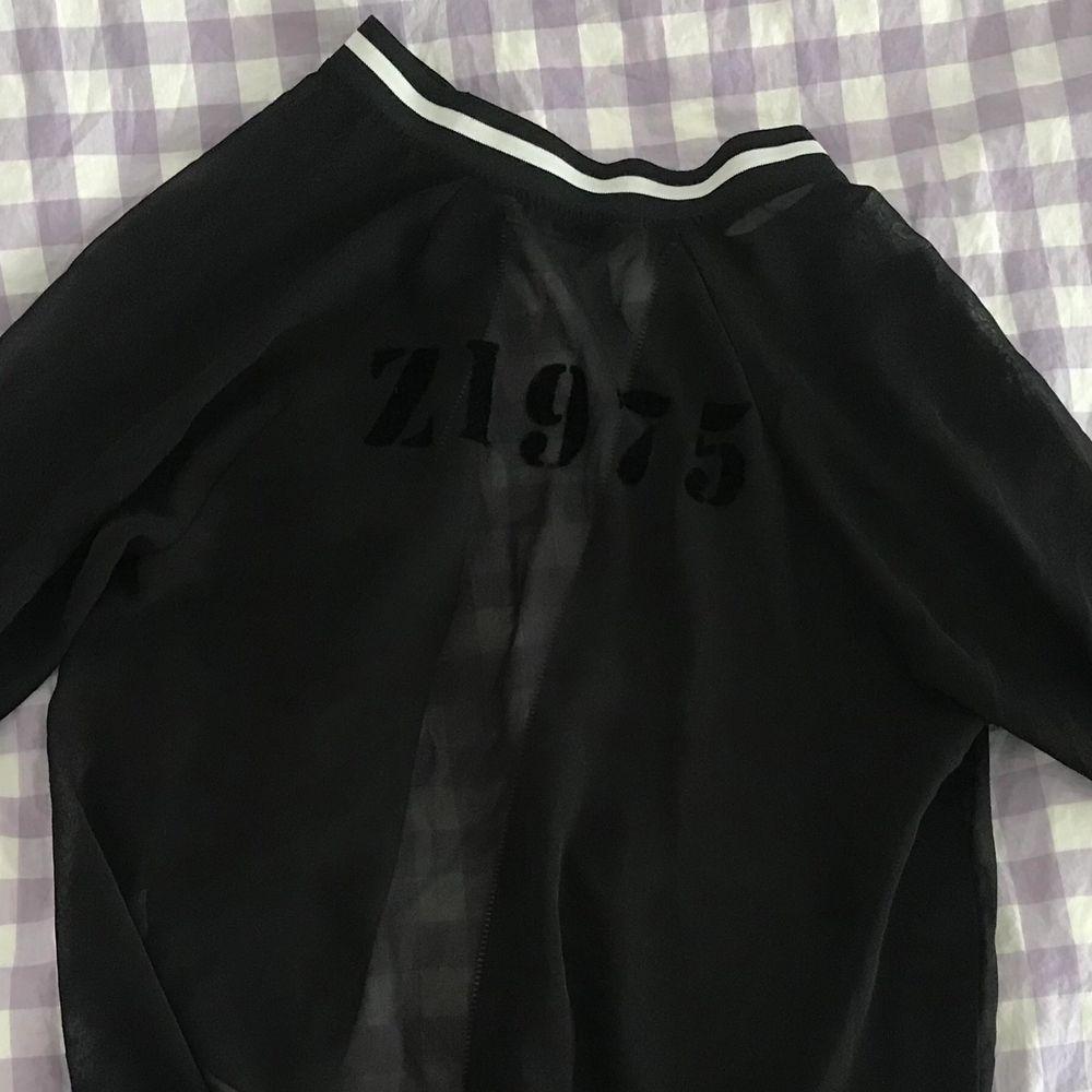 Halv-transparent tröja med tryck bak (se andra bilden) 🦋🌸. Tröjor & Koftor.
