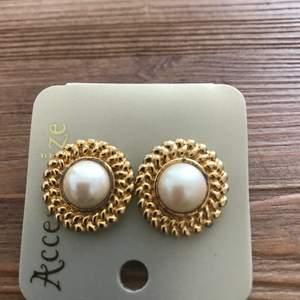 Ett par örhänge med pärlor i ny skick