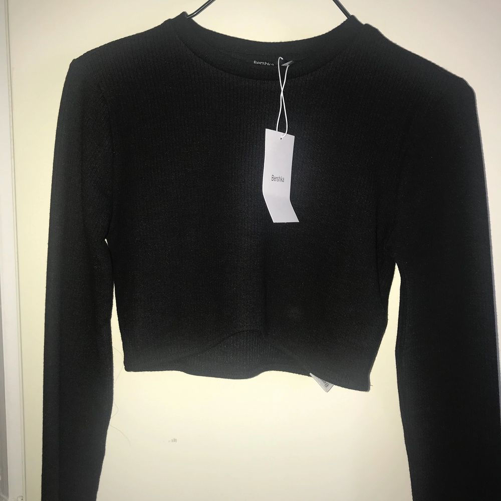Nypris 120kr. Thick ribbed crop top with curved hem. Made of soft and stretchy fabric. 78% polyester - 20% viscose - 2% elastane. Brand new item. New with tags. Happy to bundle. Will gladly take more pics. Smoke and pet free storage space. No other flaws to note. **TRACKED SHIPPING VIA POSTNORD**. Toppar.