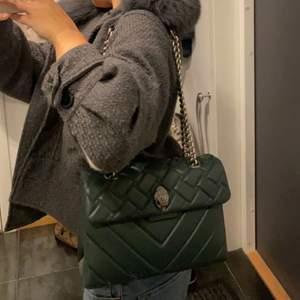 Grön kurt geiger väska i den större modellen. Helt ny och köptes förra månaden för 2600 ungefär. Går att ha både crossbody och över axeln ❤️