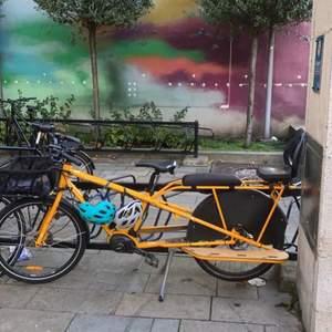 en fin unik sprillansnya gula cykel! använt den ända sen jag lärde mig cykla!! finns stödhjul om de behövs. Två hjälmar ingår. rullar som på rälls och bromsarna är starka!!! Kan mötas upp cyklandes på denna pärla ända hem till dig. På ett kvar. Att jag får skjuts hem och en kaka. Buda Buda BUDA