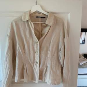 Beige Skjorta/jacka - kan användas som en skjorta eller en tunn jacka! Storlek M men passar S om man vill ha den lite oversized 💘