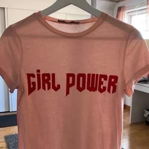 Superfin t-shirt från BikBok i storlek xs. Använd men i fint fint skick. Tveka inte på att kontakta mig vid frågor eller om fler bilder önskas 💗💗
