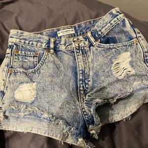 Jeansshorts med slitningar från pull&bear, sparsamt använda förra sommaren💖💖  strl 38 men sitter bra på mig som är 36