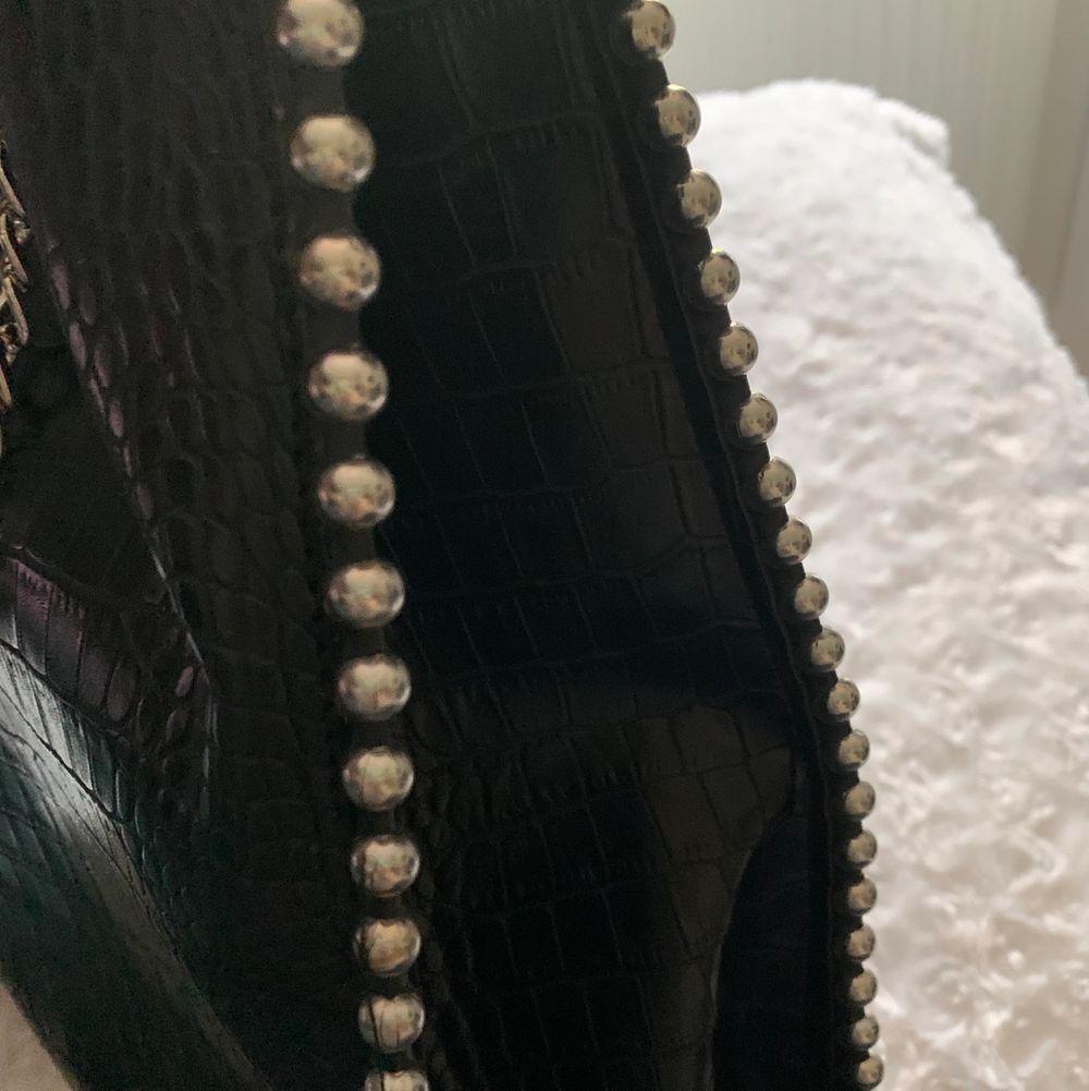 Stor väska som är rymlig! Ett stort fack och kedjor som axelband 🥰. Väskor.