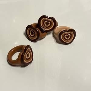 Handgjorda ringar i brunt som ska föreställa hjärtan🤎Det finns en storlek i 48mm, en storlek i 50mm samt en storlek i 51mm (inre omkrets av ringen). Först till kvarn som gäller och jag står för frakten!