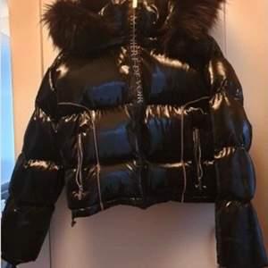 Säljer denna Maniere de voir jacka åt en kompis hom köpte den för 1000kr. Den är helt oanvänd, lapparna på plagget är kvar! Pälsen på jackan kan man välja att ta bort eller ha kvar.💕💕