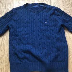 Stickad gant tröja. Endast använd ett fåtal gånger. I storlek 146/152 men nån som är lite större än så kan nog ha den.