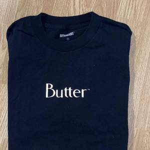 Butter t-shirt fint skick (märket reflekterar när man tar med blixt eller annat ljus) storlek M❤️