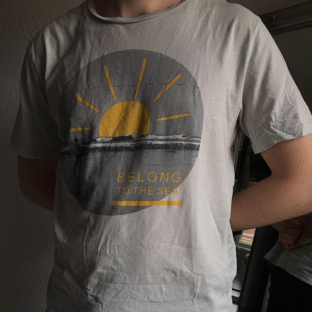 En t-shirt med surfmotiv 🏄♂️ Saknar storlek, så gissar på en M (stor i storleken)🤍 Finns ett litet hål men knappt synligt 🤍 Kommer från ett djur- och rökfritt hem! Tvättas alltid innan jag skickar🤍 Frakt tillkommer! Pris går att diskutera!🤍 . T-shirts.