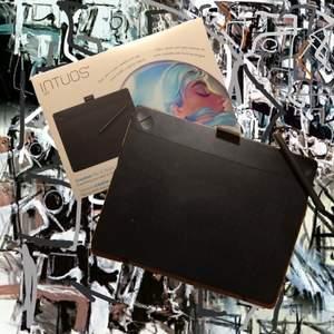 Intuos art wacom tablet. Ritplatta som används med dator. Jag säljer den eftersom jag har köpt en iPad för att digitalt rita istället. Väldigt bra för att börja med digital konst.