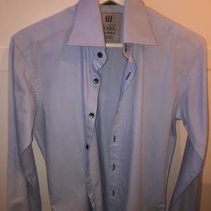 Super fin blå skjorta som aldrig är använd och skicket är så gott som nytt!