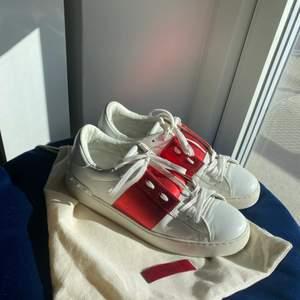 Säljer dessa valentino sneakers i finaste röda färgen!! Storlek 41 och inte kommit mycket till användning då de är en aning förstora till mig som brukar ha 40. Äkta givetvis och äkthetsbevis medföljer samt dustbag❤️❤️