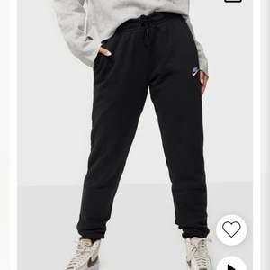Säljer mina svarta mjukisbyxor från Nike som tyvärr har blivit för korta för mig. Använd ett par gånger. Nypris 400 kr. Köparen står för frakten.