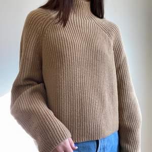 Stickad tröja den &other stories i fint skick, köparen står för frakt💕