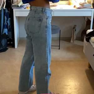 As snygga jeans från weekday men tyvärr lite för stora, hör av er för frågor eller köp, pris kan diskuteras❤️❤️GRATIS FRAKT!