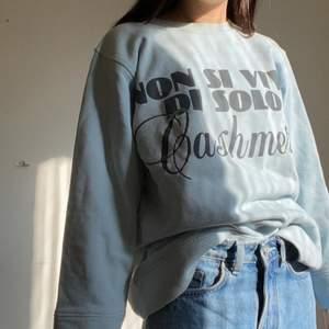 Jättefin vintage collegetröja från moschino jeans. Köparen står för frakt💕