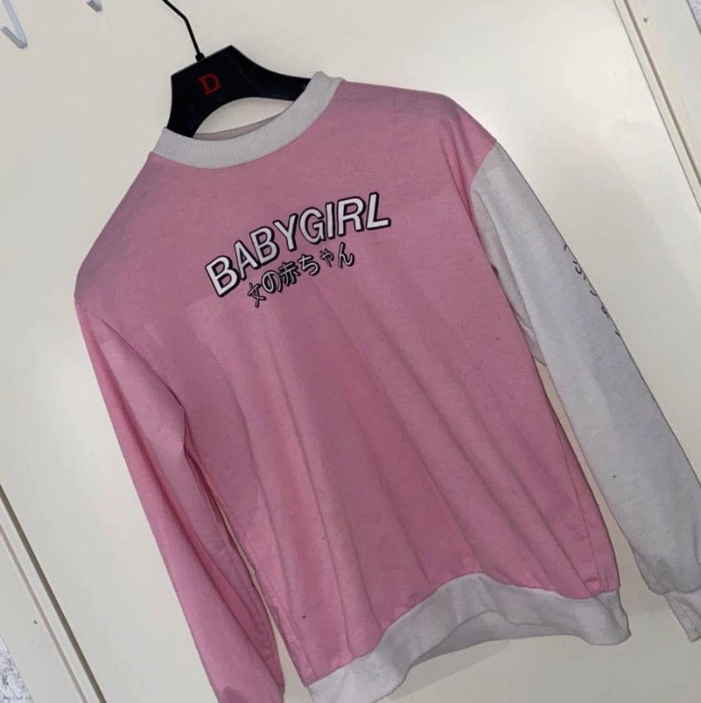 """Säljer vidare en riktigt gullig sweatshirt med texten """"babygirl"""" på som jag köpte här på plick eftersom den ej passade mig så bra!. Huvtröjor & Träningströjor."""