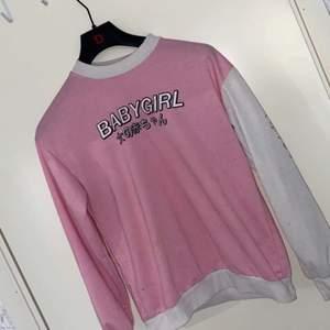 """Säljer vidare en riktigt gullig sweatshirt med texten """"babygirl"""" på som jag köpte här på plick eftersom den ej passade mig så bra!"""