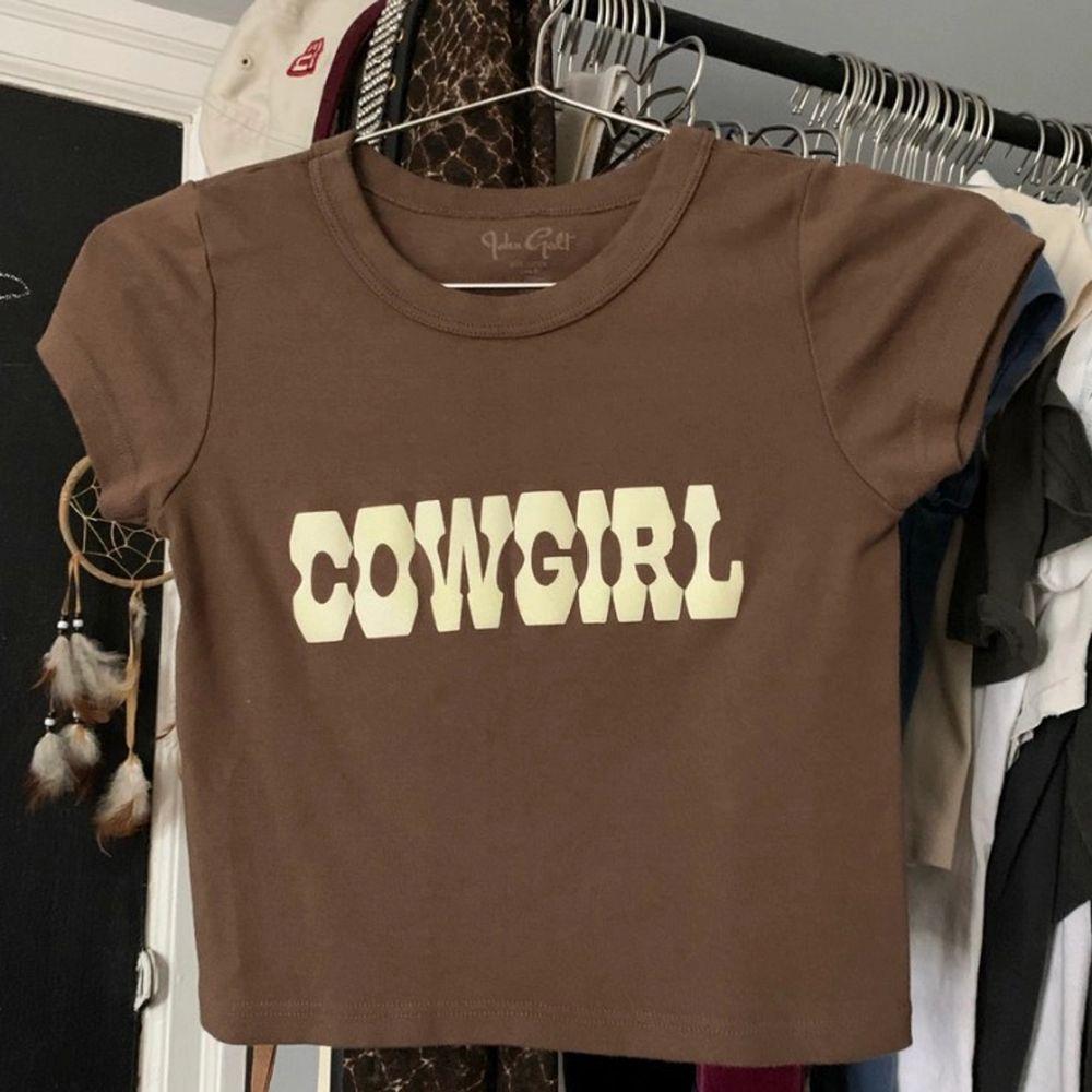 Säljer min äkta cowgirl baby tee ifrån brandy Melville, tröjan är väldigt trendig och säljs för omkring £40 på depop! Buda i kommentarerna🥰. Toppar.
