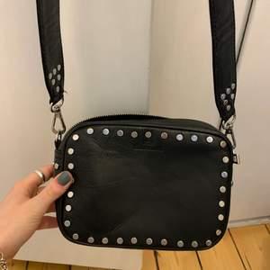 Säljer denna väska från Beck söndergaard. Svart med nitar, lite valentino inspirerand. I bra i skick!! Perfekt till en festligare outfit ✨💗⚡️köpte för 1400 kr 🪐
