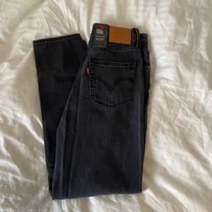 Helt nya Levis High Lise Taper Jeans. Srl 26/29. Sitter som S. Köparen står för frakten - eller så skickar jag spårbart med PostNord för 66kr ⚡️💫💞