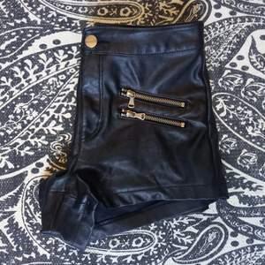 Snygga läder shorts (inte äkta läder) med silver detaljer. Passar S kanske mindre M. Köpta från H&M