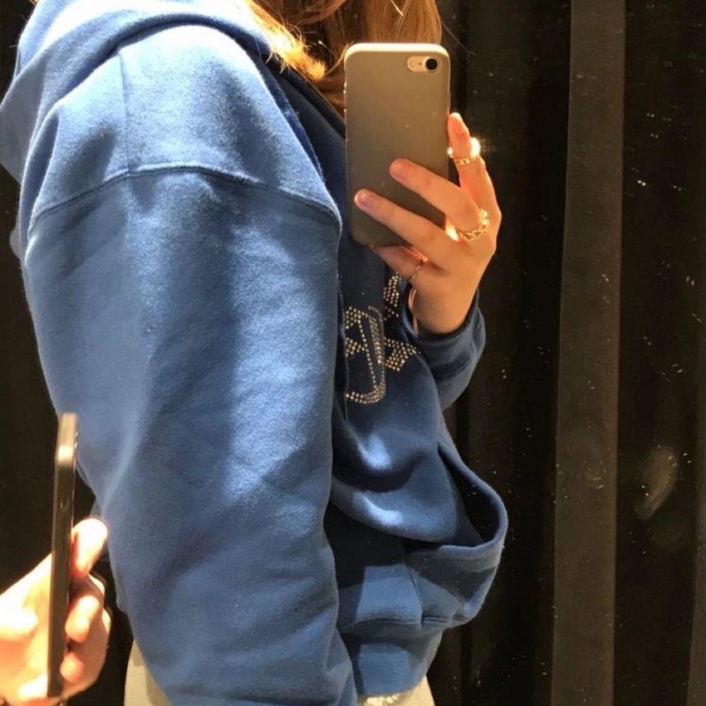 Intressekoll på min oneofone zip hoodie i väldigt bra skick! Säljer vid bra bud så startar budgivning!!💫✨ köp direkt för 1850. Huvtröjor & Träningströjor.