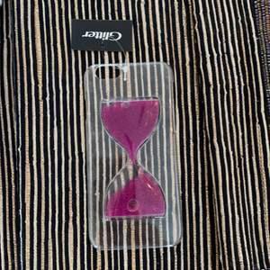 Iphone 6 skal. Säljes då jag inte har användning för det. Var tänkt som present men blev aldrig av. Genomskinligt med flytande innehåll i timglas