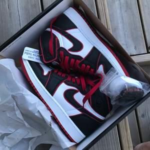 Säljer dessa nya as coola skor. Aldrig använda, bara provade inomhus. Säljer pågrund av köpte fel storlek. Helt nya🤍 Köpte dom för ungefär 3000. skriv för frågor eller fler bilder! frakten ingår i priset :)