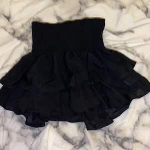 En jättefin svart volang kjol från shein som är ribbad tror jag man säger vid magen så den är väldigt stretsig med jättefina sömmar! HELT OANVÄND🧚🏻♀️🤪❤️