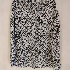 Skön skjorta från HM. Upplevs inte så plottrig i verkligheten som på bilden.  Bra skick. Kan mötas i Umeå eller skicka om köparen betalar frakten 🌟
