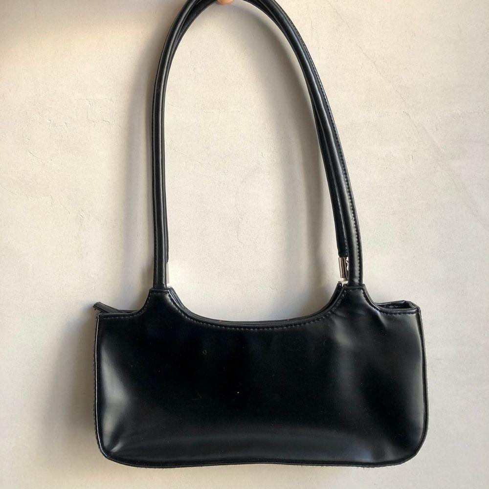 Superfin väska i bra kvalitet som jag tyvärr inte får användning för längre 😢 framsidan har vita/röda streck! . Accessoarer.