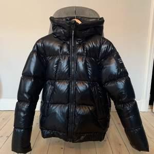 Glansig peak jacka som köptes in i höstas!! Super trendig och snyggt glansigt material! Älskar jackan men kommer inte inte till användning då jag köp en annan jacka som jag använder mer:)))   Pris kan diskuteras!