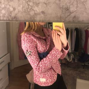 En äkta odd molly tröja i rosa och vitt mönster, använd några gånger men inget som syns. För fler frågor eller bilder kontakta mig. (du bestämmer om du vill ha spårbar frakt eller inte) ord pris:  1116kr