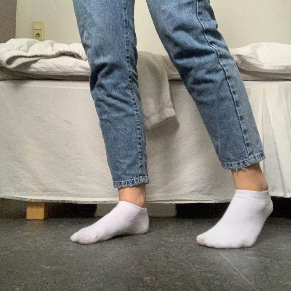Mörkblåa jeans från Gina, storlek 34! Frakt tillkommer på 48kr. Jeans & Byxor.