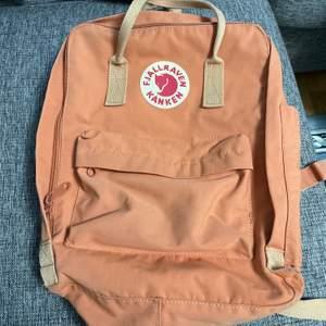 äkta fjällräven kånken ryggsäck i en fin peach färg. 250kr + frakt