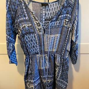 Jätte söt klänning köpt hos Salt, den är blå vit med massa fina detaljer i mönstret. Liten snöring i uriningen & ett smalt i resår i midjan annars är den lös. Storlek S. Frakten står jag för🌸
