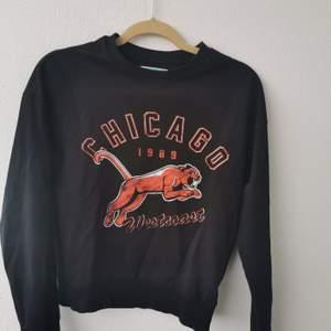 En sweatshirt med coolt tryck. Svart botten med orange/röd text o tryck. Den är i fint skick. Strl S. 120kr eller Bud. Köparen står för frakten och jag tar alltid 2 kr för emballage