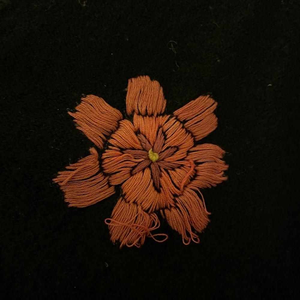Superfin kofta med endast en liten defekt på en av de broderade blommorna!. Tröjor & Koftor.