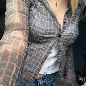 Mesh skjorta med ett fint mönster. Skulle säga att den är lite mer grön i verkligen. Står ingen storlek men skulle gissa S💗