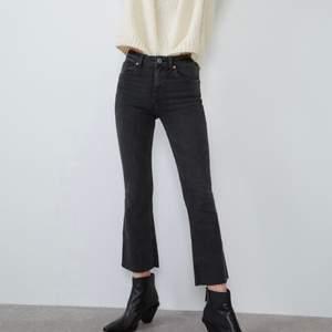 Jättefin cropped flare Ankle jeans från Zara. Slutsålda och finns inte kvar. Jättefin perfekt svart/grå färg och sitter tajt och asbra på. Avklippta och passar ngn runt/under 160 💖